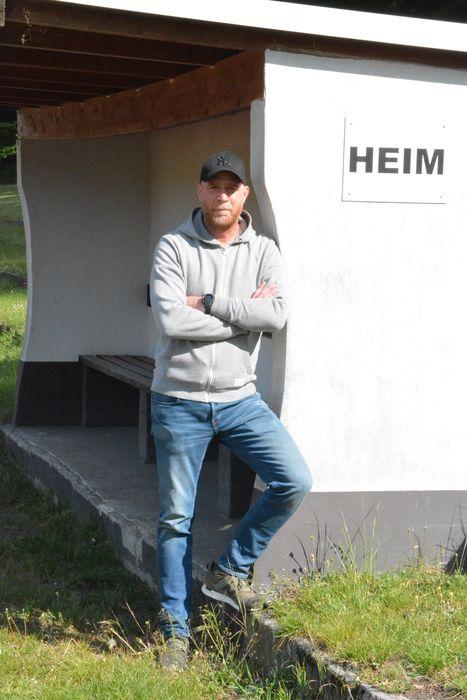 Neuer BSV-Trainer Steffen Dieckermann lehnt an Trainerbank im Burgwall-Stadion