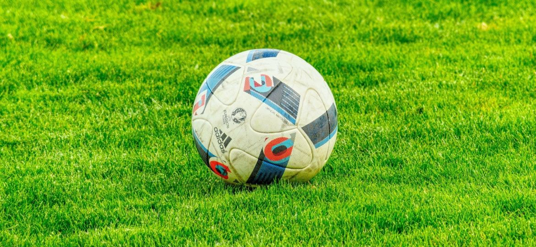 Ein Ball liegt auf dem grünen Rasen