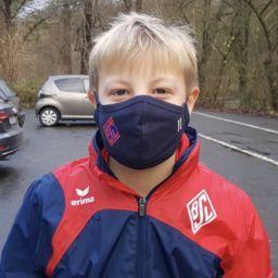 U11-Spieler Tom-Lukas Humpich und seine Mannschaftskameraden freuen sich über die BSV-Masken.