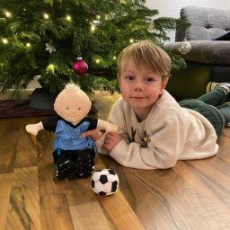 Der Weihnachtsmann brachte das Maskottchen zum Trainersohn Lino Barton.