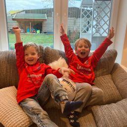 Den Auftakt der Corona-Wanderball-Aktion machten im Januar Levi (links) und Lino (rechts). Die Freude und Sehnsucht nach Fußball war riesig.